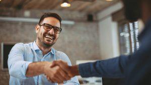 Gerente fazendo parceria com corretora de seguros